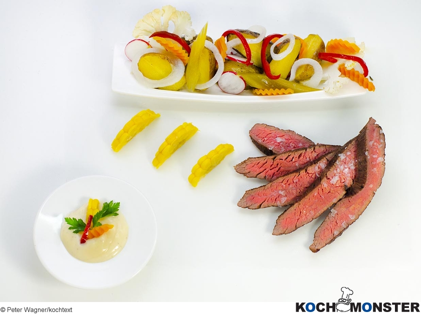 Flank Steak mit Backkartoffelsalat und Mixed Pickles